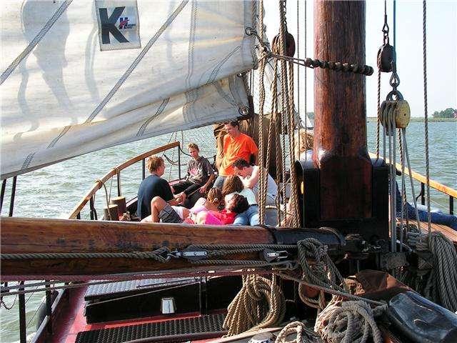 zeilen met jeugd en jongeren op het IJsselmeer